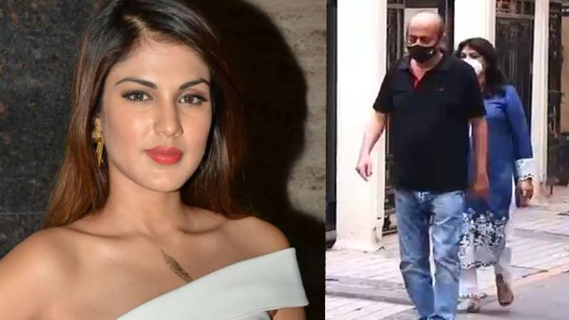 Rhea Chakraborty looking for a new home in Mumbai, parents clicked wandering on the streets