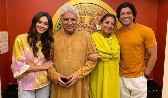 "Shabana Azmi's colourful family photo features smiling Javed, Farhan Akhtar, Shibani, she calls it ""Hassi Khushi"""
