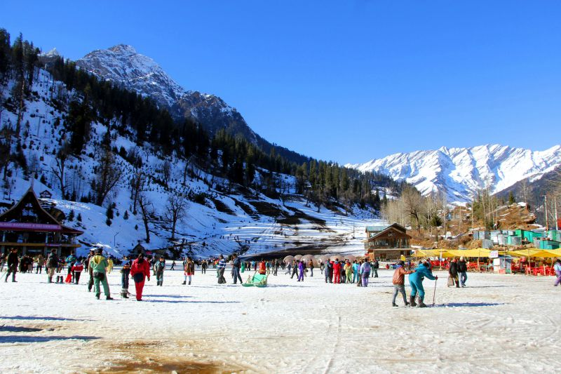 """""""From no beds in hospitals to no bed in hotels,"""" netizens roast crowd in Manali ahead of 3rd wave"""