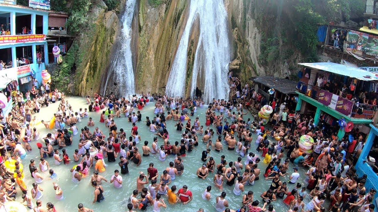 Netizens Freak Over Maskless Crowd flouting COVID protocol at Mussorie's Kempty Fall
