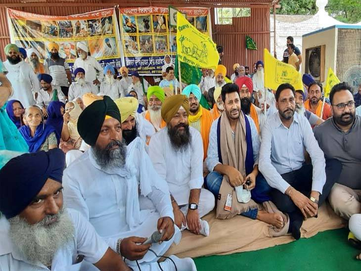 Punjabi singer Harbhajan Mann stands united with protesting farmers in Mohali