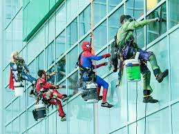 Heart-touching! Window cleaners dress up as superheroes to cheer up children at Canada hospital