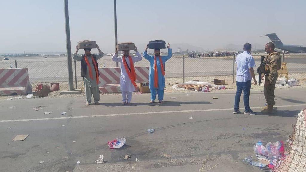 Afghani Sikhs Reach Kabul Airport With Sri Guru Granth Sahib On Their Heads; To Reach India Soon