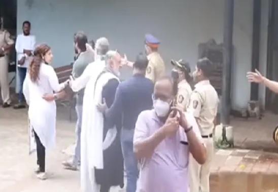 Sambhavna Seth locked horn with Mumbai cops during Sidharth Shukla's funeral inside the crematorium