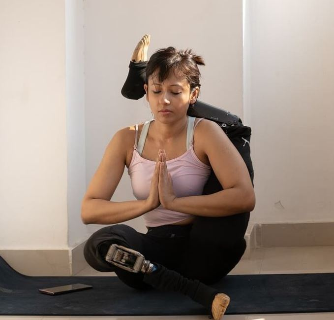 FirstStoryPositive: Meet amputee yoga instructor, who performs difficult asanas in prosthetic legs