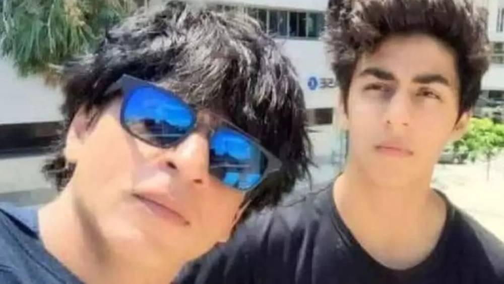 FACT CHECK: Is it Shah Rukh Khan hugging son Aryan Khan in the viral video?