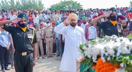 Punjab CM shoulders mortal remains of Gajjan Singh, joins ardas & accompanies family to lit pyre