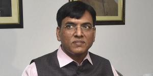 Mansukh Mandaviya criticised for photographing Manmohan Singh
