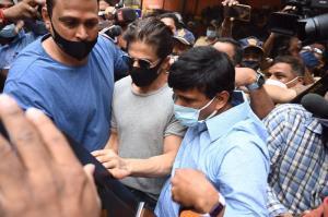 shah rukh khan meets aryan in arthur road jail
